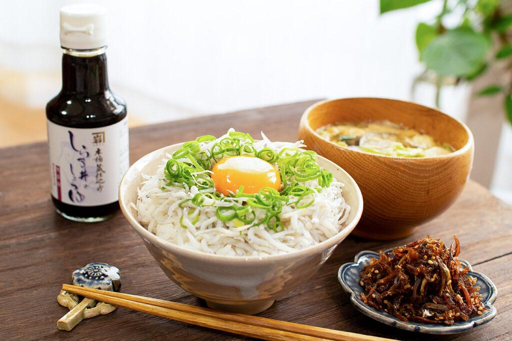 しらす丼・しらす丼の醤油・佃煮と味噌汁の定食